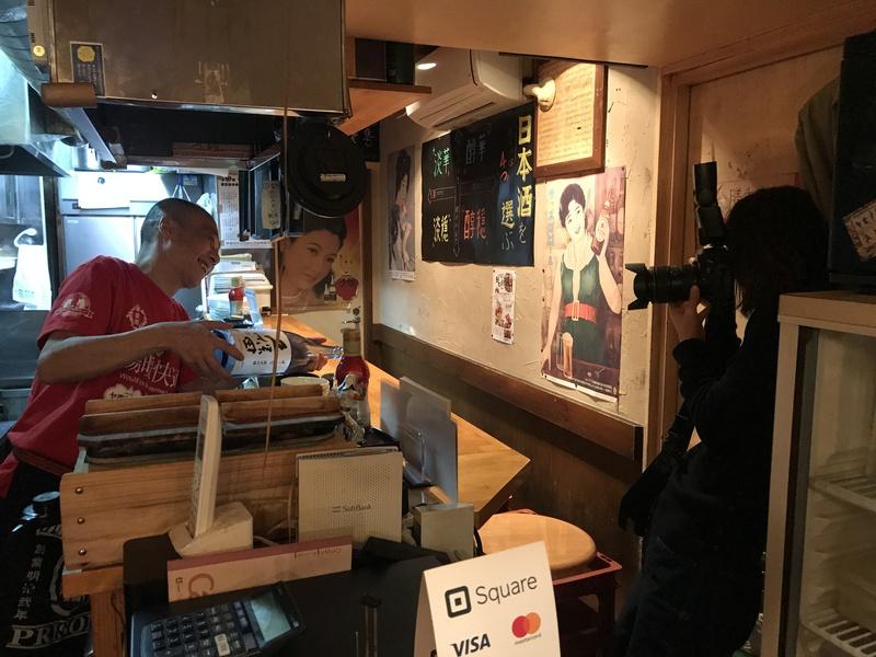 おすすめの日本酒を注ぐシーン